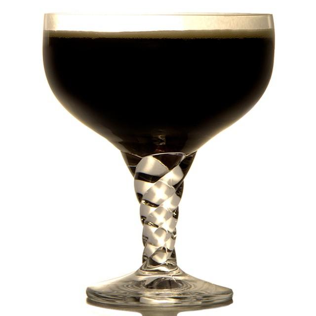 Black Velvet! Read the full article here: http://augustine-bar.de/yccmbc-classic-beer-drinks/ #blackvelvet #guinness #champagne #beer #cocktail #recipe